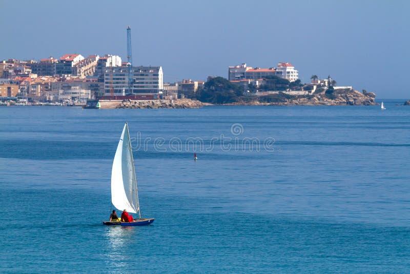 Nettes Segelboot in einer Bucht nahe Kleinstadt Palamos in Costa Brava von Spanien stockfotografie