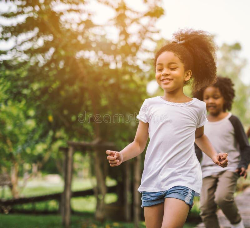 Nettes Spielen des kleinen Mädchens des Afroamerikaners stockfoto