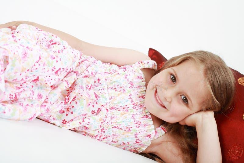 Nettes Spielerisches Kleines Entspannendes Mädchen Stockfoto