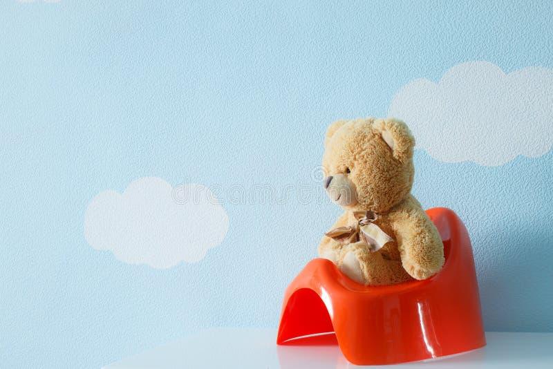 Nettes Spielzeug, das auf dem Töpfchen sitzt lizenzfreie stockfotos