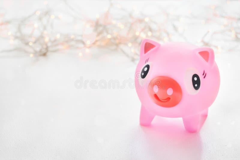 Nettes Spielzeug Rosa, das über bokeh Piggy ist, beleuchtet Hintergrund Jahr von Schwein 2019 Schweinsymbol des Jahres, chinesisc stockbild