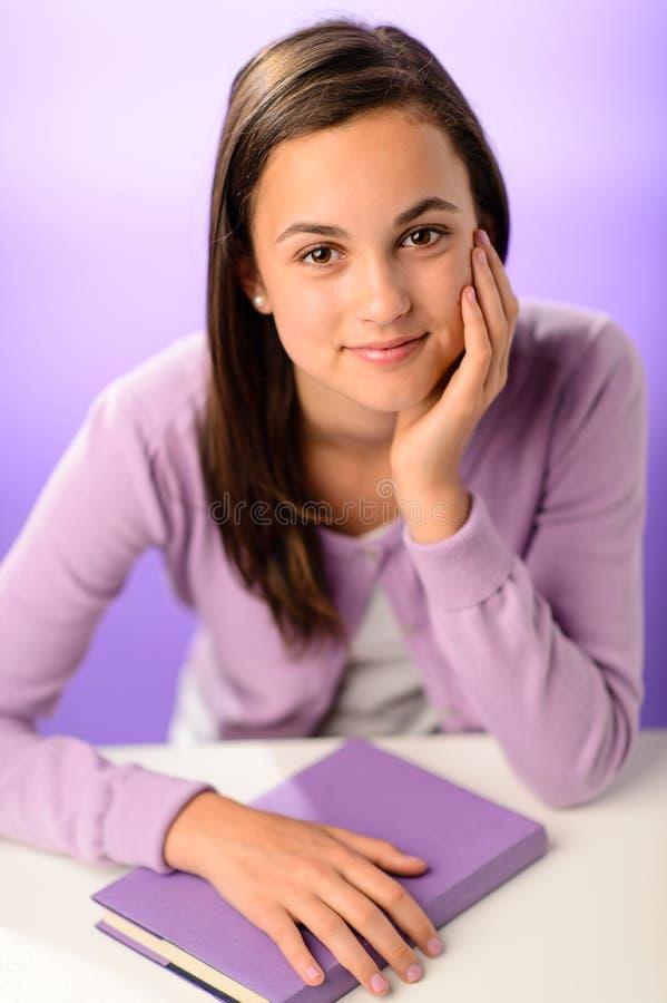 Nettes Studentenmädchen mit purpurrotem Buch stockbild