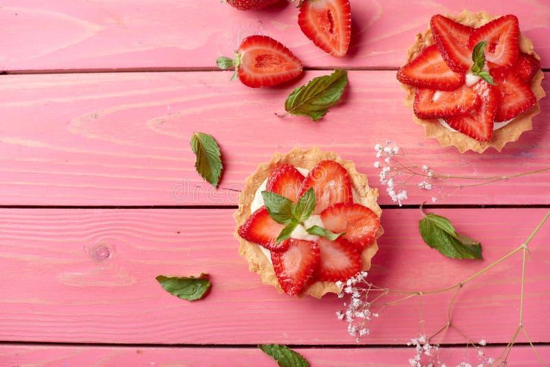 Nettes tarttlet oder Korb mit Sahne und Erdbeere Beschneidungspfad eingeschlossen lizenzfreie stockbilder