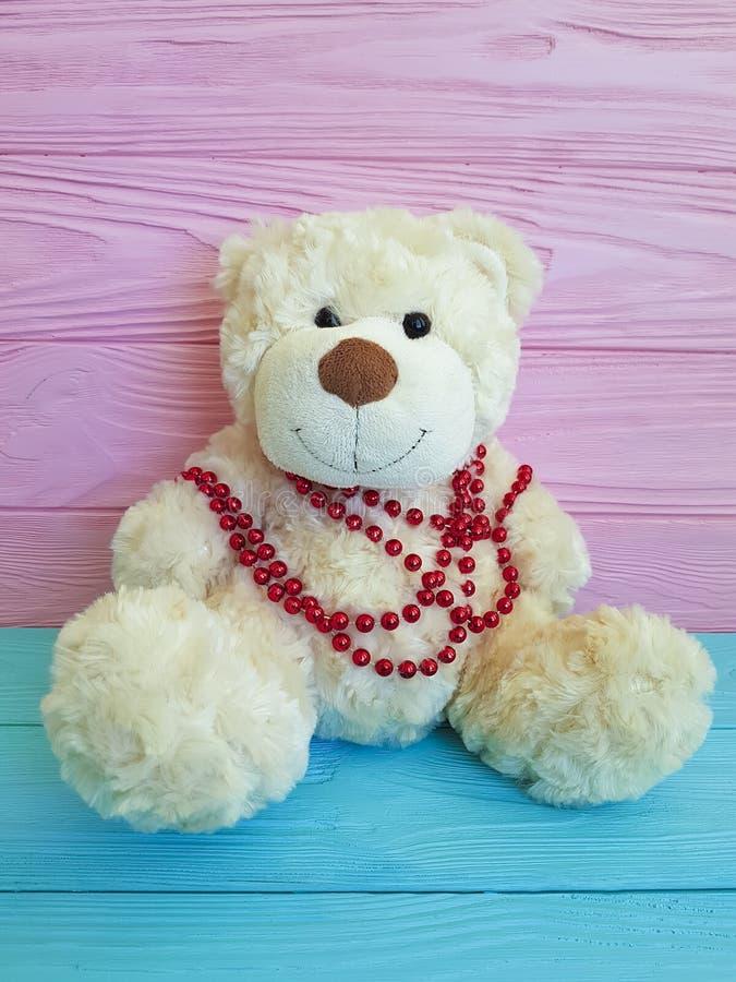 Nettes Teddybärspielzeug in der Perlenfarbe hölzern lizenzfreies stockbild
