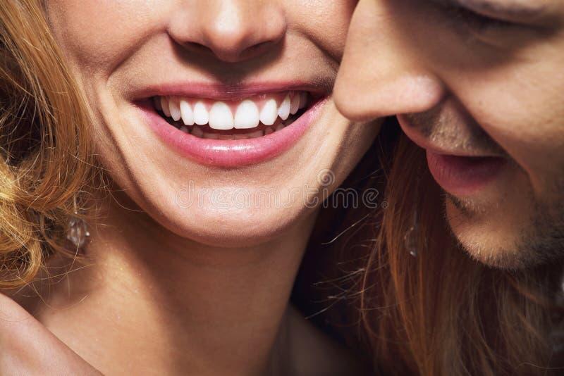 Nettes Trieb des großen Lächelns und der weißen Zähne stockfotografie