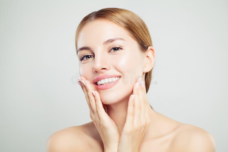 Nettes vorbildliches Mädchen Hübsche Frauengesichtsnahaufnahme Klare Haut, nettes Lächeln lizenzfreies stockfoto