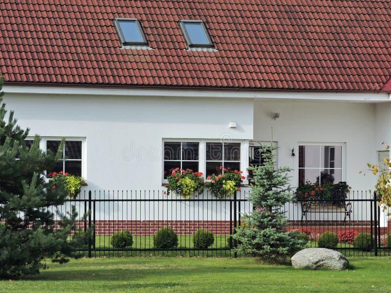 Nettes weißes Haus und Blumen, Litauen lizenzfreie stockfotografie