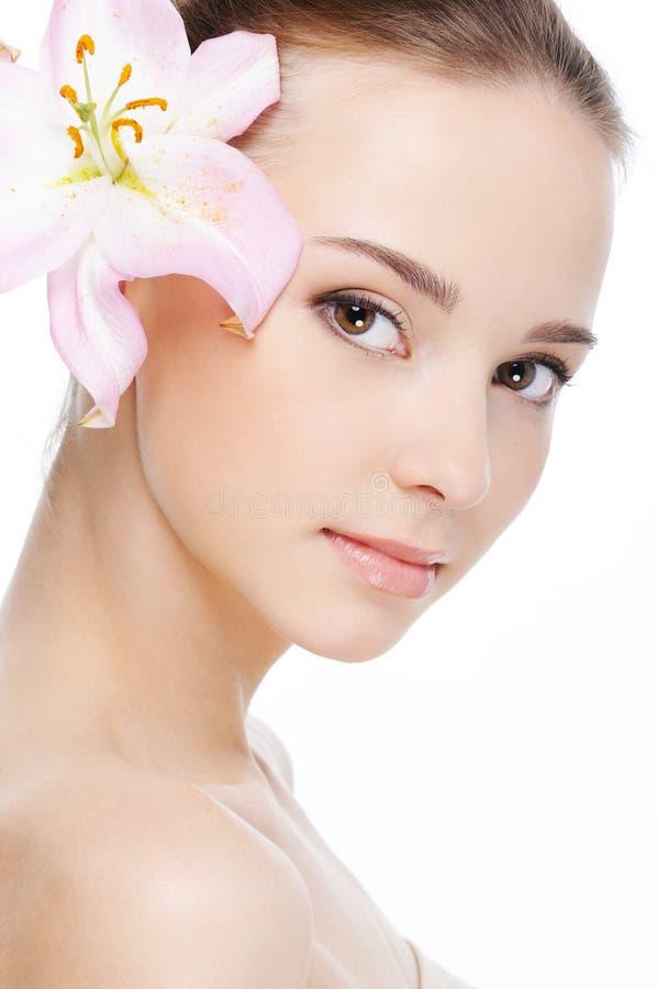 Nettes weibliches Gesicht mit Gesundheitshaut lizenzfreie stockbilder