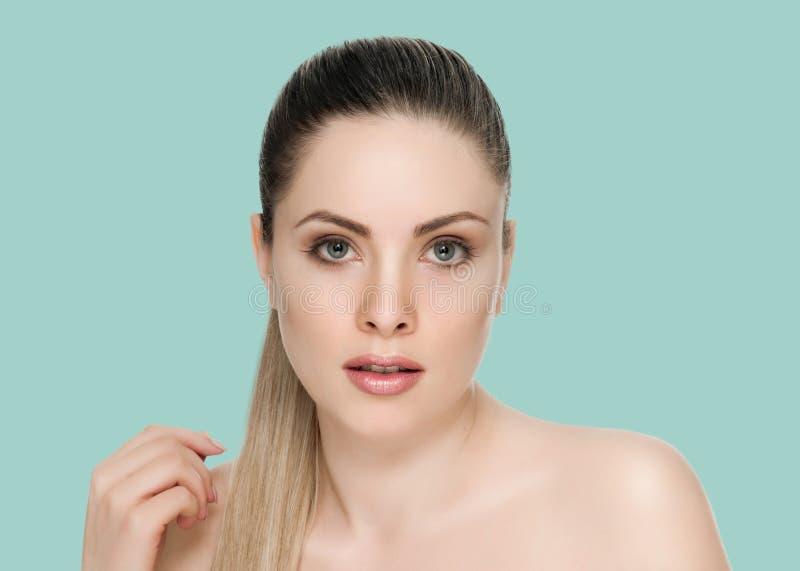 Nettes weibliches Gesicht mit Gesundheitshaut lizenzfreie stockfotos