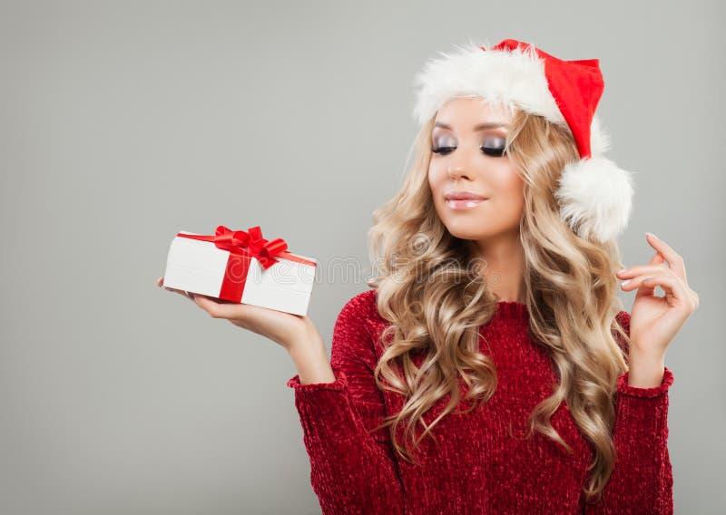 Nettes Weihnachtsmädchen, das Geschenkbox der weißen Weihnacht hält stockfotos