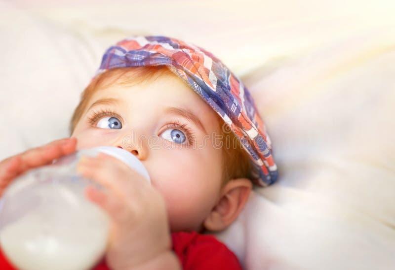 Nettes wenig Babyessen stockfotos