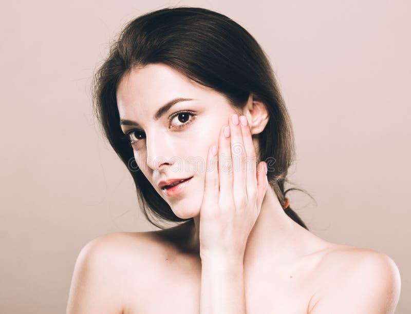 Nettes zartes reines Lächeln des schönen Porträts der jungen Frau, ihren attraktiven Naturhintergrund des Gesichtes berührend stockbilder