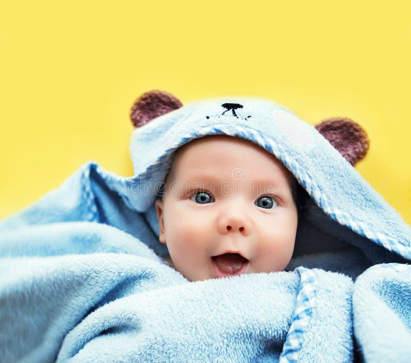 Nettestes Babykind nach Bad lizenzfreies stockbild