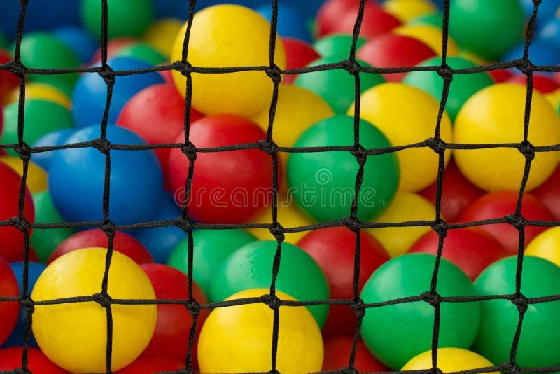 Netto met diverse kleurrijke plastic ballen voor spel van jonge geitjes royalty-vrije stock fotografie