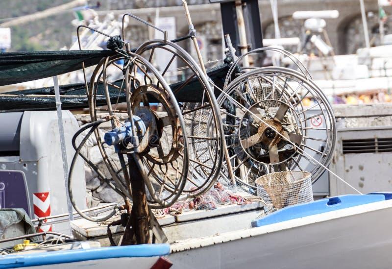 Netto vissersboot en pijlinktvis die de vissen in de nacht vissen te vangen royalty-vrije stock foto's