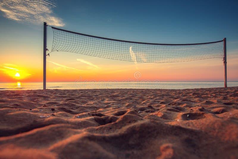 Netto volleyball en zonsopgang op het strand royalty-vrije stock afbeeldingen