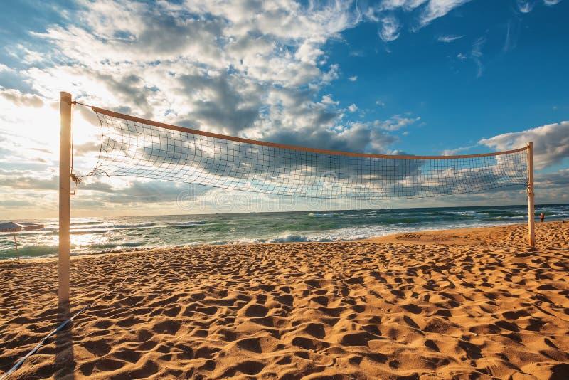 Netto volleyball en zonsopgang op het strand stock fotografie