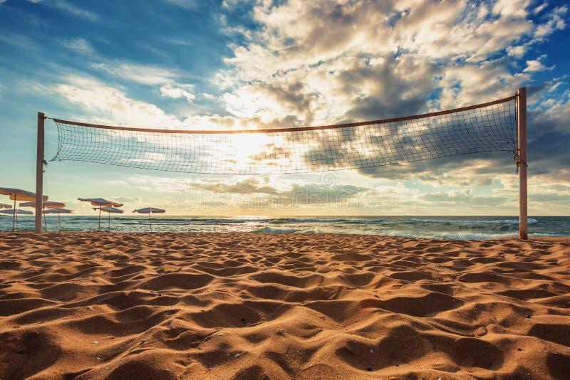 Netto volleyball en zonsopgang op het strand royalty-vrije stock fotografie