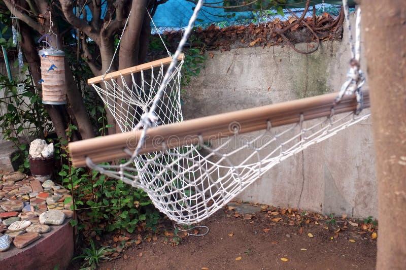 Nettohängematte auf Baum lizenzfreie stockfotografie