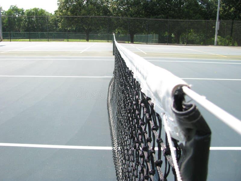 Nettoschnur auf Tennisplatz lizenzfreies stockfoto