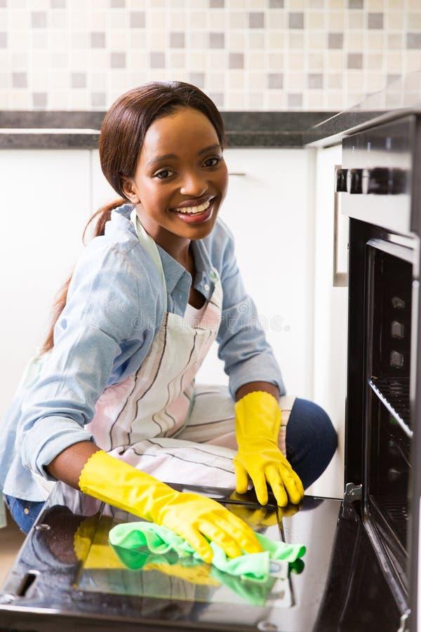Nettoyage africain de fille images stock
