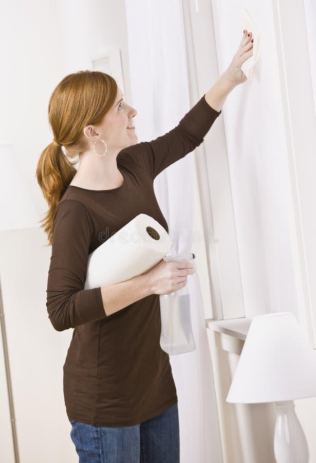 Nettoyage attrayant de femme photographie stock