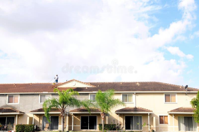 Nettoyage carrelé de toit images libres de droits