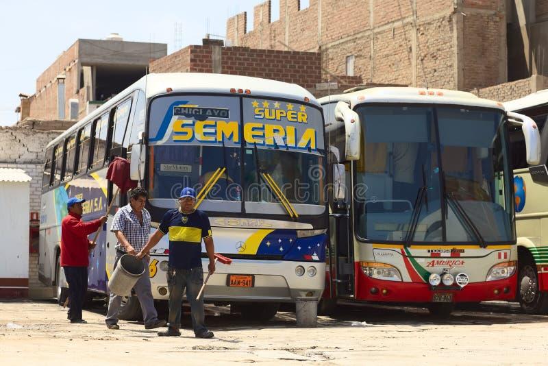 Nettoyage d'un autobus dans Chiclayo, le Pérou photos libres de droits