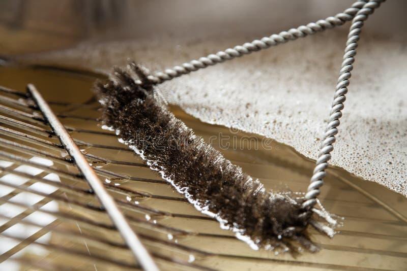 Nettoyage d'un gril photos libres de droits