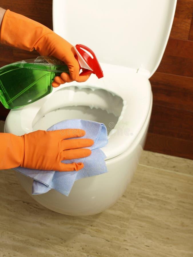 Nettoyage d'une toilette photo libre de droits
