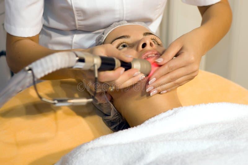 nettoyage de beauté obtenant des jeunes de femme de peau de salon photo stock