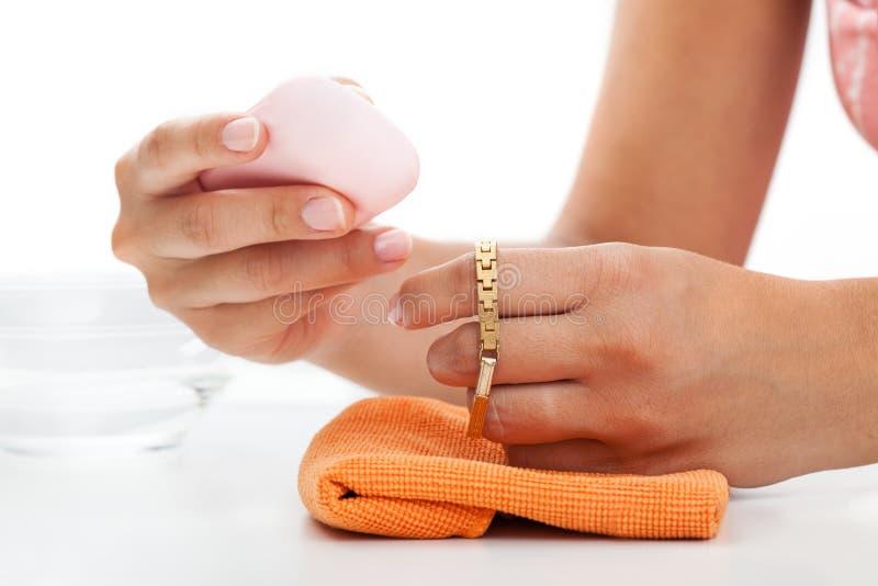 Nettoyage de bracelet d'or photo libre de droits