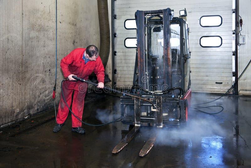 Nettoyage de chariot élévateur photo stock