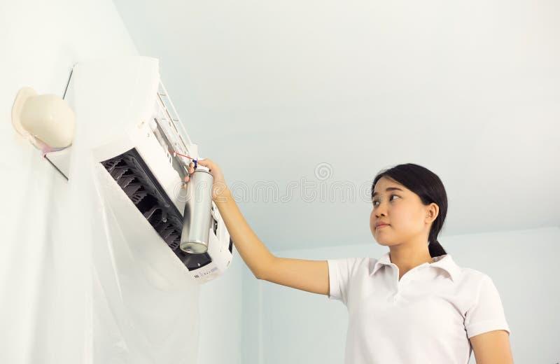 Nettoyage de climatiseur images stock