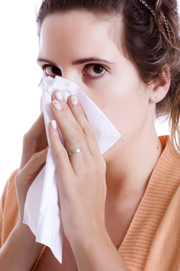 Nettoyage de femme son nez photo libre de droits