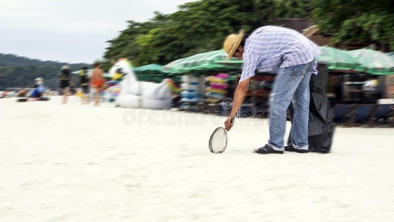 Nettoyage de la plage images stock