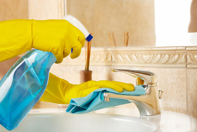 Nettoyage de la salle de bains images stock