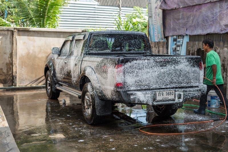 Nettoyage de la voiture (voiture détaillant) à la boutique d'entretien automobile photos libres de droits