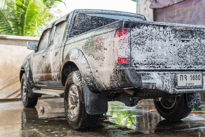 Nettoyage de la voiture (voiture détaillant) à la boutique d'entretien automobile photographie stock libre de droits
