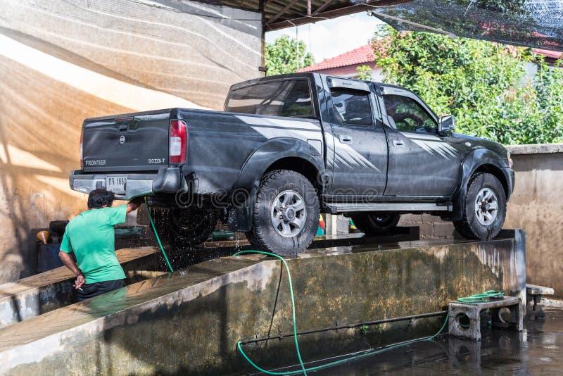 Nettoyage de la voiture (voiture détaillant) à la boutique d'entretien automobile image stock