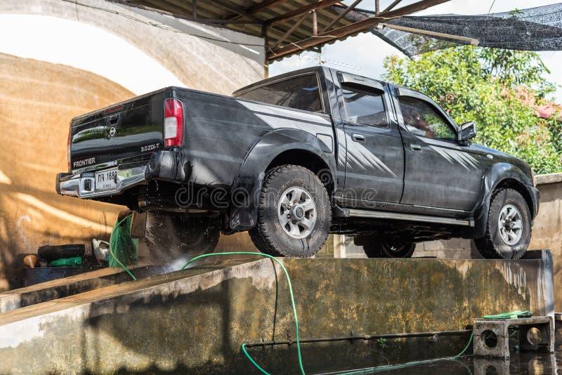 Nettoyage de la voiture (voiture détaillant) à la boutique d'entretien automobile photos stock