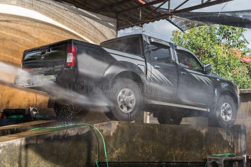 Nettoyage de la voiture (voiture détaillant) à la boutique d'entretien automobile photographie stock