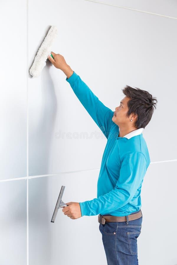 Nettoyage de mur photo libre de droits