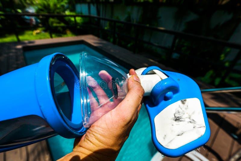 Nettoyage de piscine photographie stock