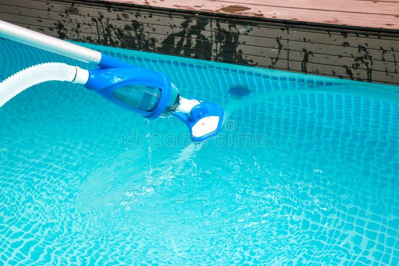 Nettoyage de piscine images libres de droits