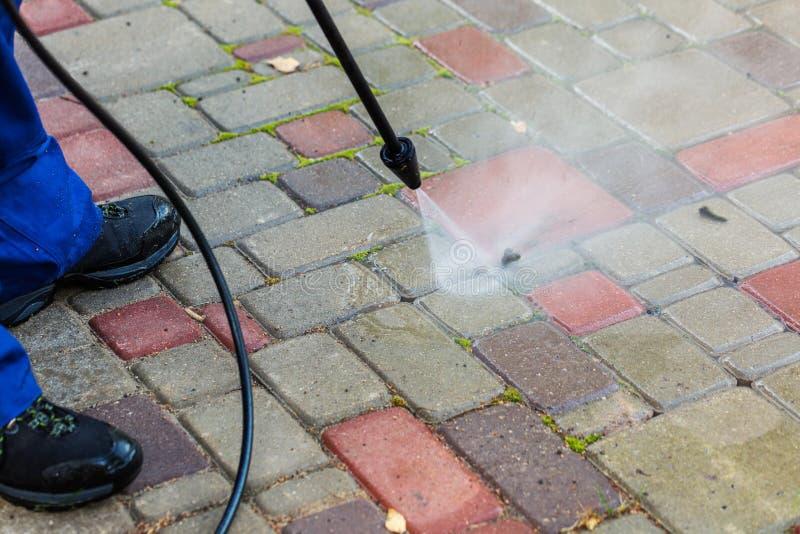 Nettoyage de trottoir avec le joint à haute pression image stock