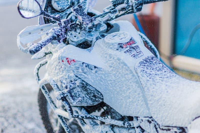 Nettoyage de vélo de moto de station de lavage de moto grand avec l'injection de mousse photo libre de droits