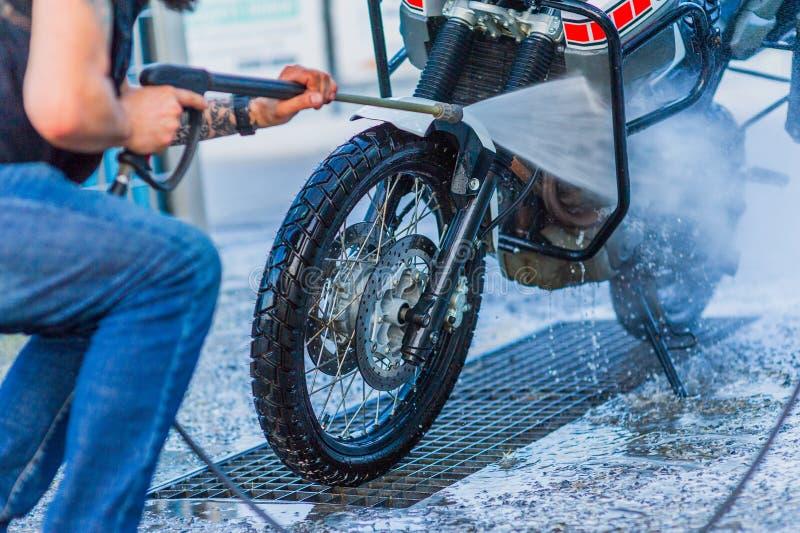 Nettoyage de vélo de moto de station de lavage de moto grand avec l'injection de mousse images libres de droits