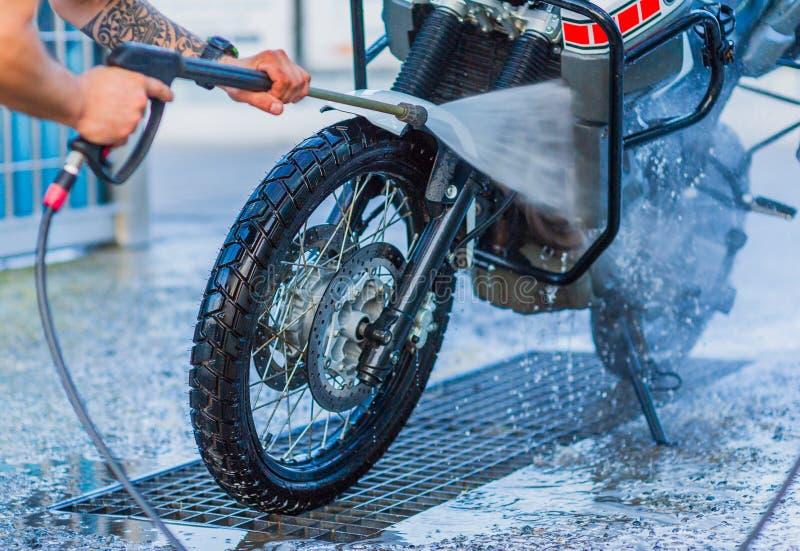 Nettoyage de vélo de moto de station de lavage de moto grand avec l'injection de mousse images stock