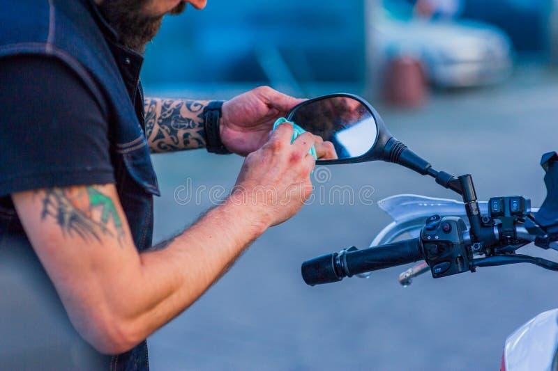 Nettoyage de vélo de moto de station de lavage de moto grand avec l'injection de mousse photos stock